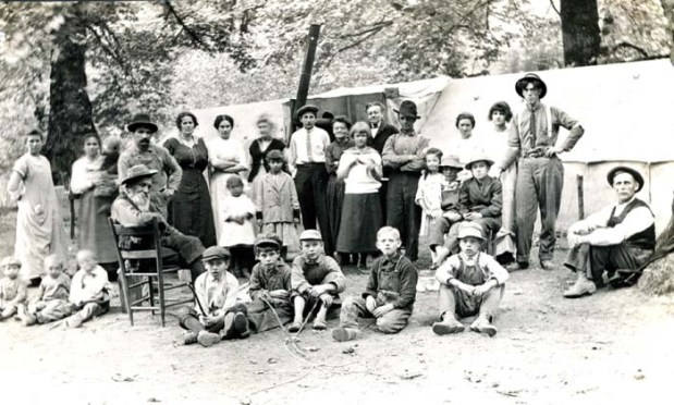 An extended family at a hop picking camp in 1905. Photo from Oregon State University archives.