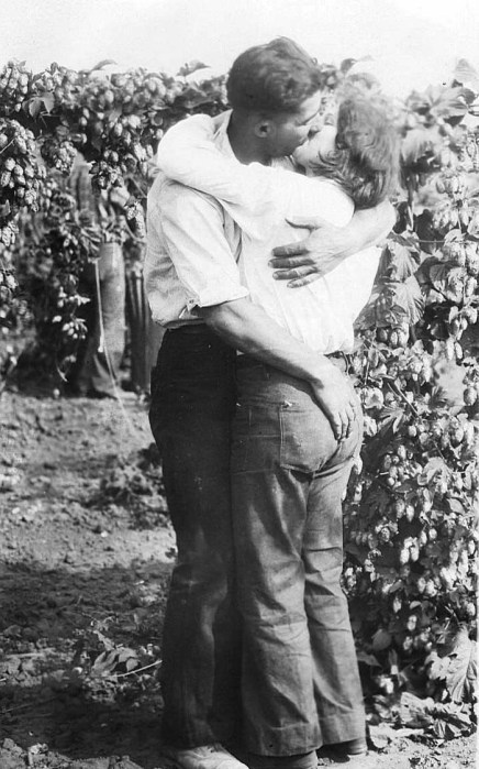Love in the bines. Courtesy Oregon State Library.